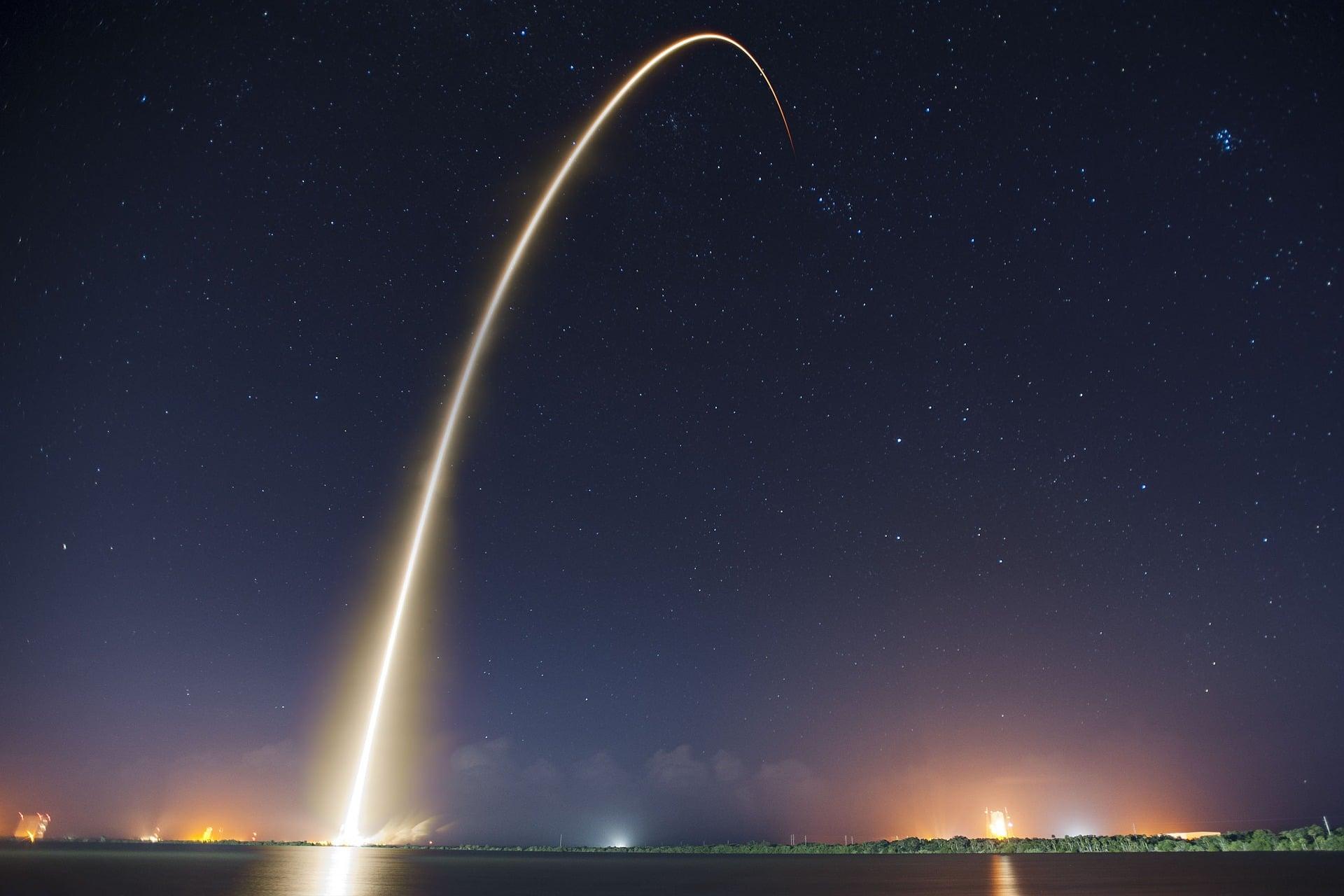 Cliente disparado como un cohete espacial despegando. Coaching para la innovación.