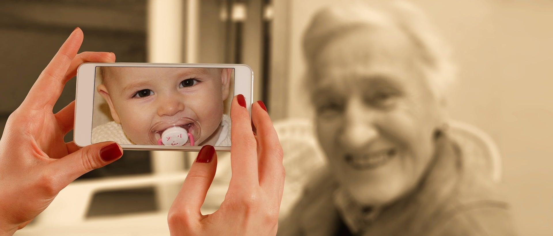 Foto tomada a mayor que en cámara se convierte en bebé