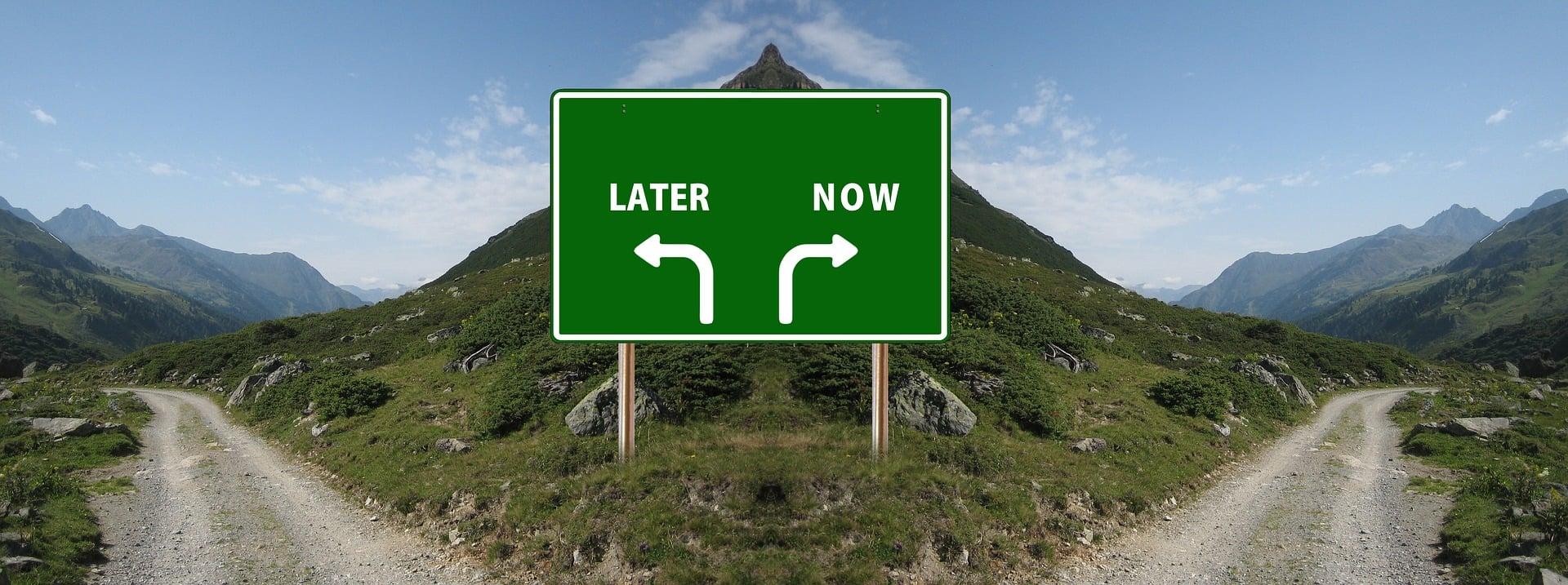 Señal con doble indicación a la izquierda de después (LATER) y a la derecha de ahora.(NOW)